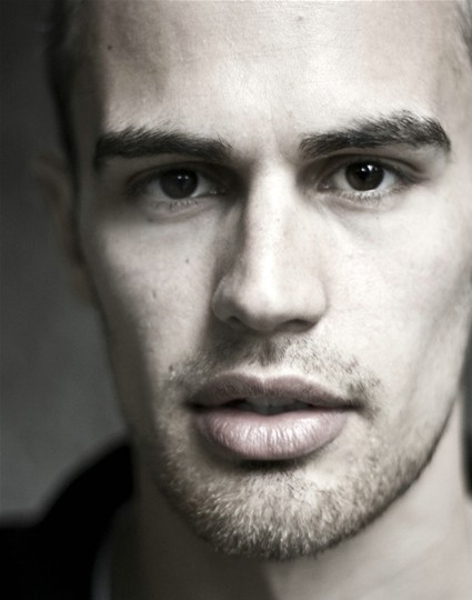 Theo James | Fandíme filmu