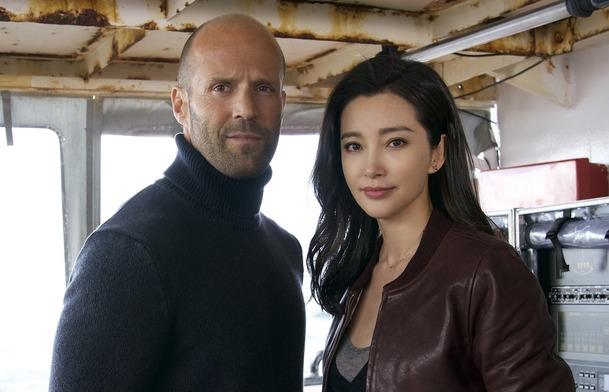 Meg  Jason Statham vs. fakt velké čelisti v prvním traileru ... fc2449a7ba