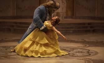 Kráska a zvíře: Emma Watson zpívá v ukázce z Glóbů | Fandíme filmu