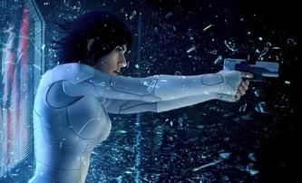 Ghost in the Shell: Scarlett proskakuje sklem na novém posteru | Fandíme filmu