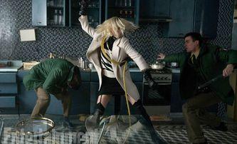 Atomic Blonde: Charlize Theron nikomu nevěří v nových ukázkách | Fandíme filmu