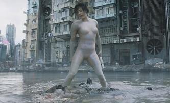 Ghost in the Shell: Souboj ve vodě v novém klipu | Fandíme filmu