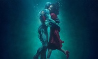 The Shape of Water: Nový poster nabízí dvojici v podvodním objetí | Fandíme filmu