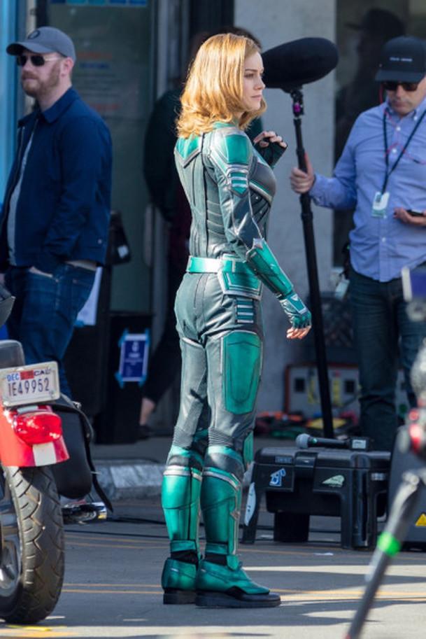 Captain Marvel: Brie Larson na prvních fotkách v kostýmu | Fandíme filmu