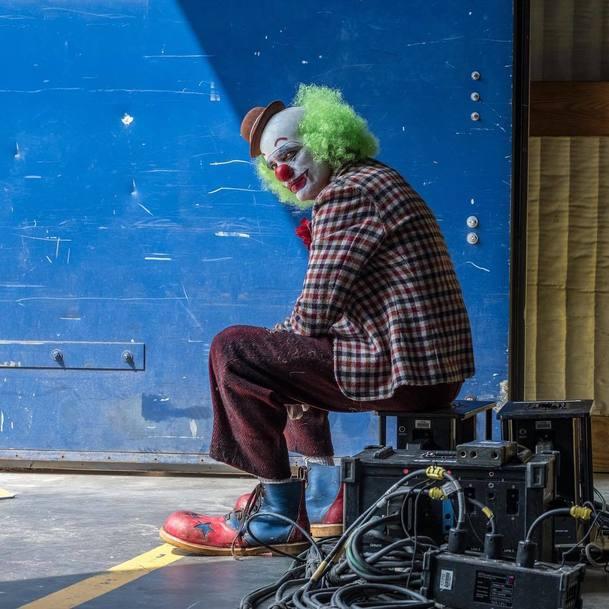 Joker prchá před policií na nových fotkách z natáčení | Fandíme filmu