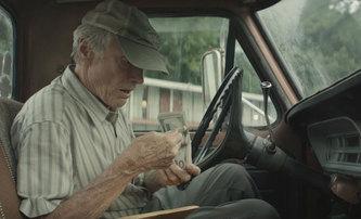 The Mule: Clint Eastwood je ještě jednou za drsňáka v prvním traileru | Fandíme filmu