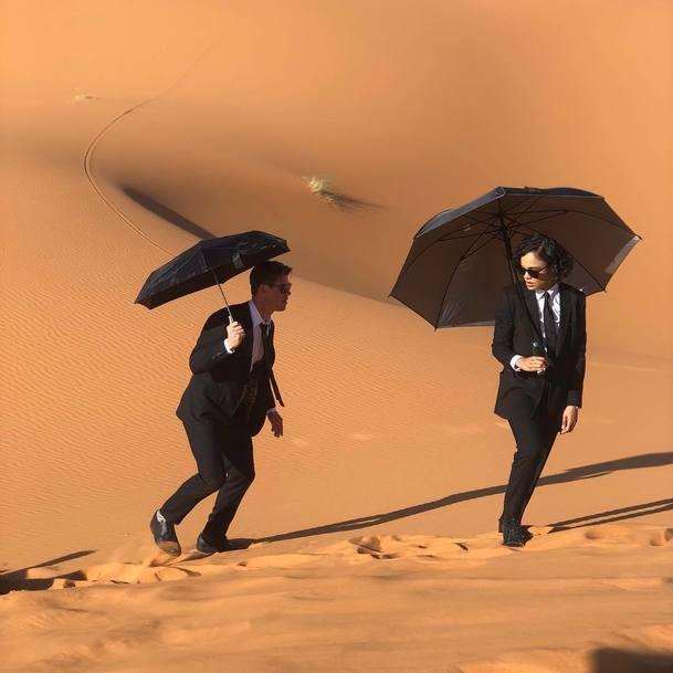 Muži v černém sdílejí fotky z natáčení v poušti | Fandíme filmu