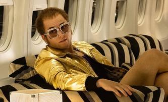 Rocketman: Extravagancí lemovaná cesta Eltona Johna k výšinám | Fandíme filmu