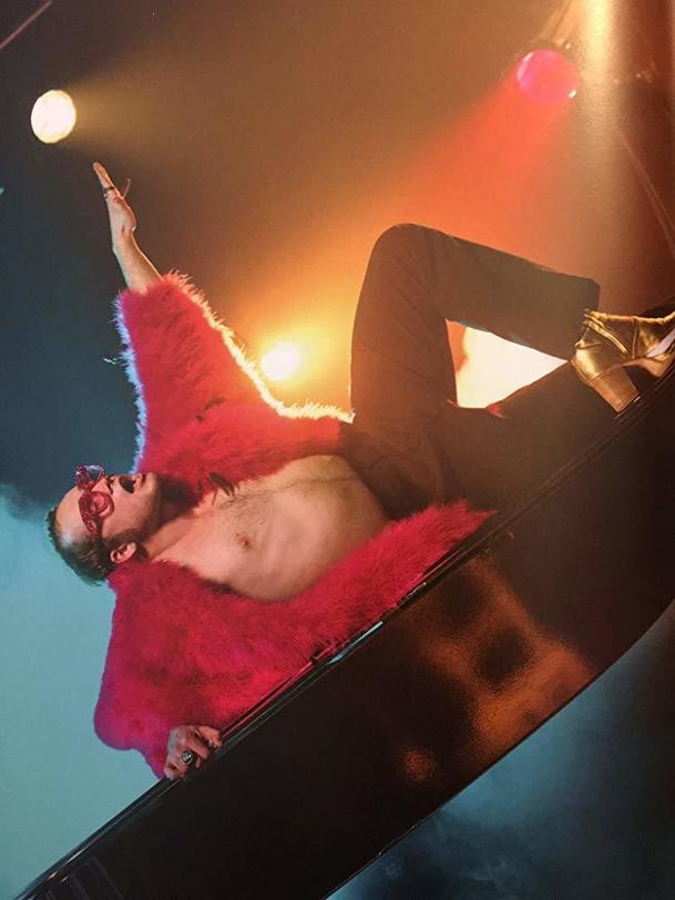 Rocketman: Elton John je smutný z ruské cenzury gay pasáží filmu   Fandíme filmu