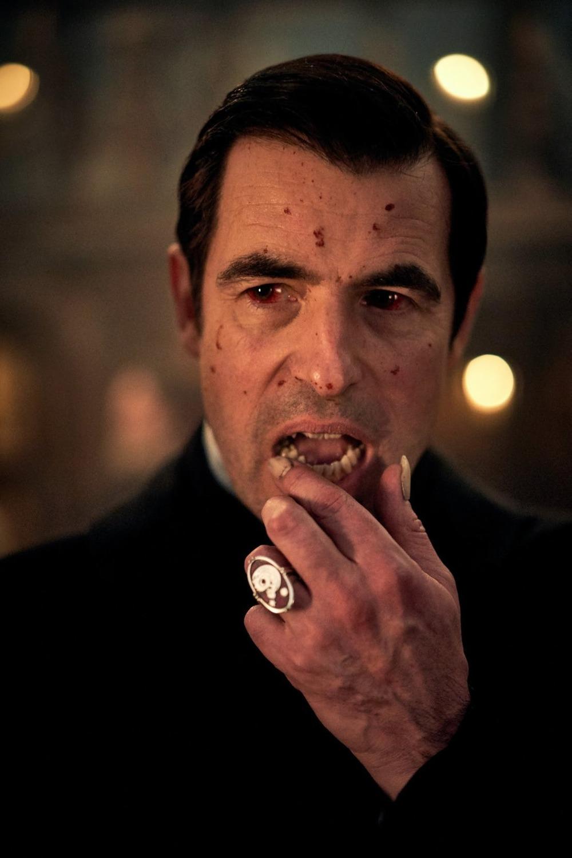 Dracula od tvůrců seriálového Sherlocka se představuje na prvních fotografiích | Fandíme filmu