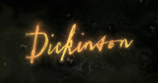 Dickinson: Hailee Steinfeld se v traileru na komediální sérii z 19. století chová jako moderní puberťačka | Fandíme serialům