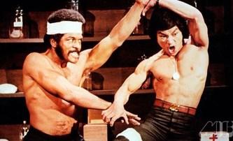 Iron Fists and Kung Fu Kicks: Historie bojových filmů jako na dlani ve šťavnatě působícím dokumentu | Fandíme filmu