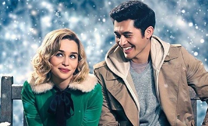 Last Christmas: Emilia Clarke v novém traileru představuje apatickou hrdinku, kterou zachrání zpěv a láska | Fandíme filmu