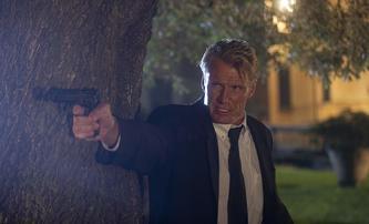 Hard Night Falling: Dolph Lundgren si hraje na Liama Neesona | Fandíme filmu