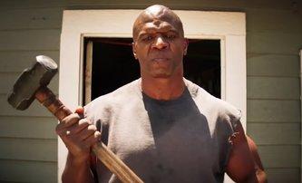 John Henry: Terry Crews jako anděl pomsty s obřím kladivem v prvním traileru | Fandíme filmu