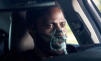 Tenet: Nová fotka dál prohlubuje záhadu všudypřítomné masky | Fandíme filmu