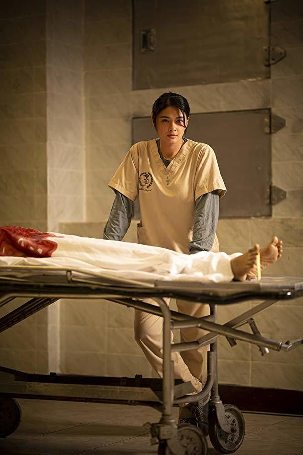 Nightshift: Děsí vás představa noci v márnici? Hlavní hrdinku podle trailerů také | Fandíme filmu