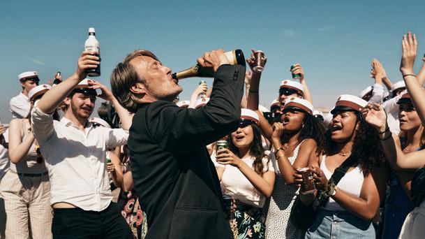 Druk: Parta Dánů testuje teorii, že konstantně zvýšená hladina alkoholu v krvi vám zlepší život | Fandíme filmu