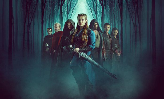 První dojmy: Prokletá - Legendárním mečem se ohání hrdinka, Artuš je tmavé pleti a Merlin ožrala | Fandíme seriálům