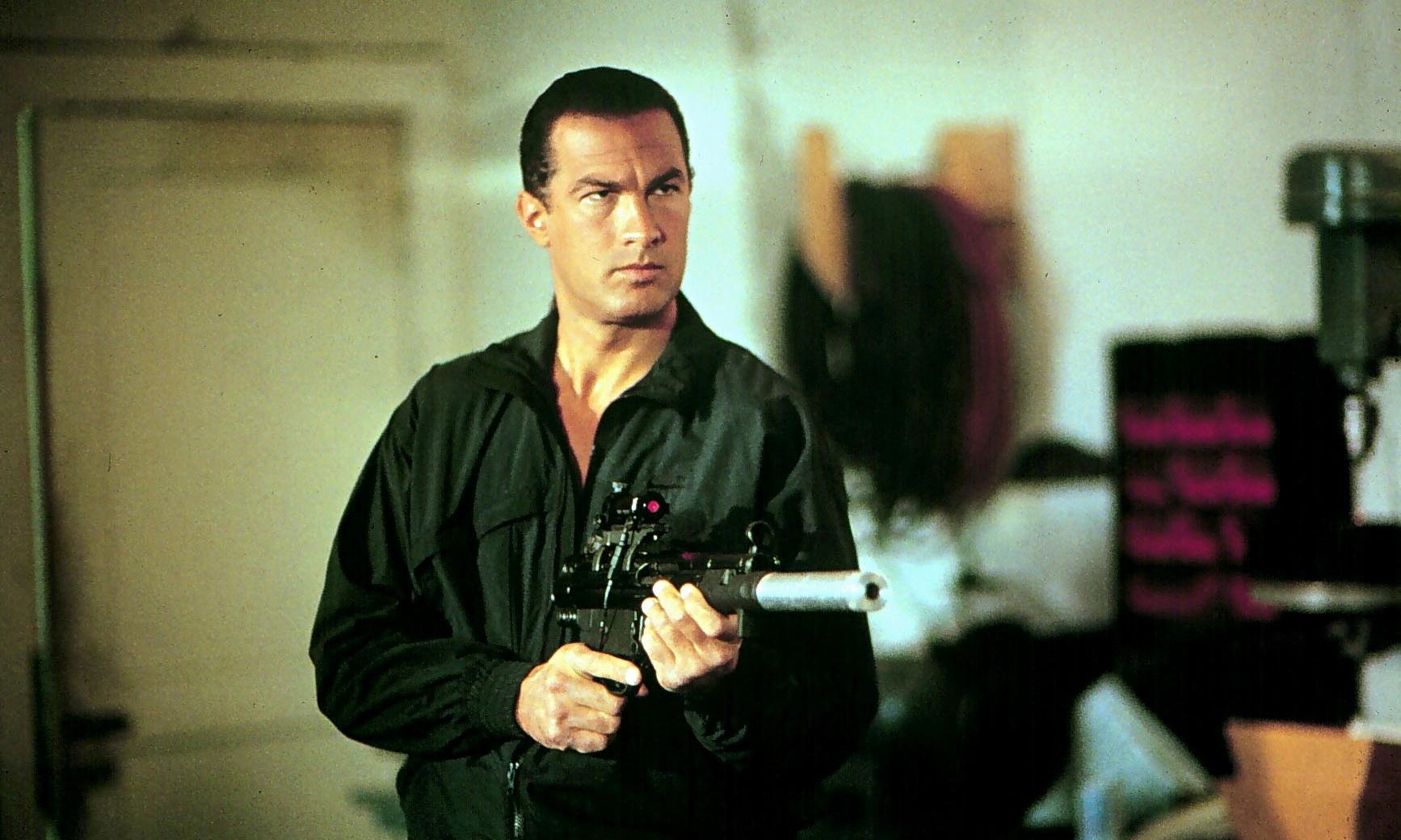 Predátor 2: Hlavní roli si měl původně střihnout Steven Seagal | Fandíme filmu