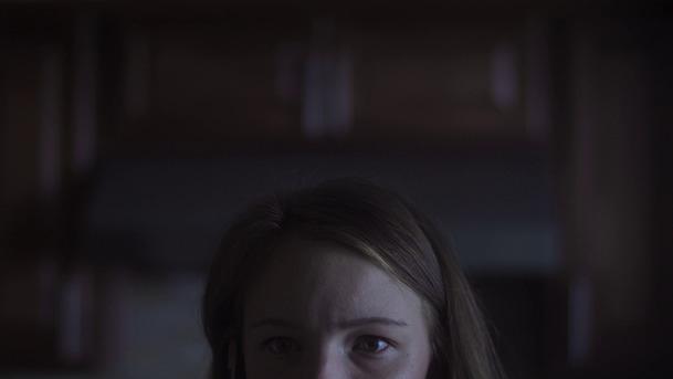 Parallax: Hrdinka nové sci-fi přestává rozlišovat mezi realitou a noční můrou | Fandíme filmu