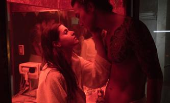 Lost Girls & Love Hotels: Alexandra Daddario, láska a smyslnost v neonovém Tokiu | Fandíme filmu