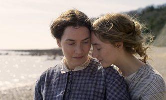 Ammonite: Mladičká Saoirse Ronan okouzlí postarší Kate Winslet | Fandíme filmu