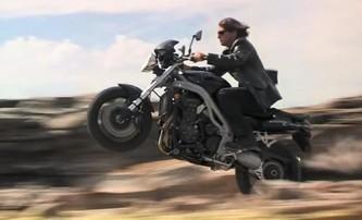 Tom Cruise na rozjeté motorce skočil ze srázu - pusťte si záběry | Fandíme filmu