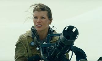 Monster Hunter: Milla Jovovich s rotačním kulometem se pouští do prvního střetu s písečným monstrem | Fandíme filmu