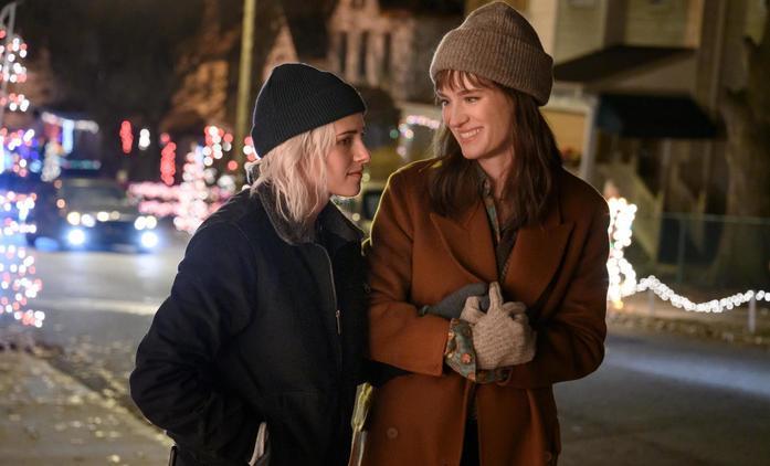 Happiest Season: Trailery naznačují, že romance s Kristen Stewart a Mackenzie Davis nezklame   Fandíme filmu