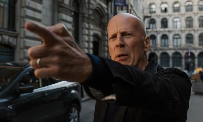 Smrtonosná rouška: Bruce Willis si v obchodě nenasadil roušku, odešel bez nákupu a internet z něj má legraci | Fandíme filmu