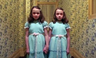 Osvícení: Jak dnes vypadají hrůzu nahánějící dvojčata z kultovního hororu   Fandíme filmu