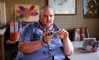 Obézní skinhead z Kultu hákového kříže tráví čas v posilovně a je to na něm vidět   Fandíme filmu