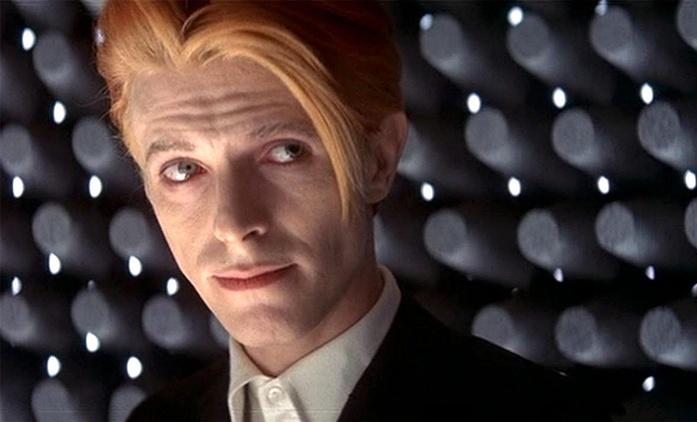 Muž, který spadl na Zemi: Po kultovním celovečeráku s Davidem Bowiem je na řadě seriál | Fandíme seriálům