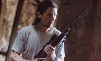 The Pale Blue Eye: Christian Bale vyšetřuje brutální vraždy a pomáhá mu Edgar Allan Poe | Fandíme filmu