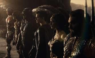 Bleskovky: Fotka z natáčení vystřižené scény s Green Lanternem pro Justice League | Fandíme filmu