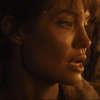 Kdo mi jde po krku: V hořícím pekle zachraňuje Angelina Jolie malého kluka | Fandíme filmu
