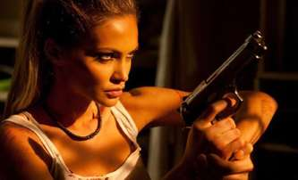 The Serpent: Modelka Gia Skova si zahrála ostrou agentku CIA   Fandíme filmu