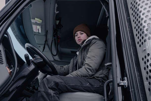 The Ice Road: Podívejte se, jak vypadá dramatické ujíždění před praskáním ledu   Fandíme filmu