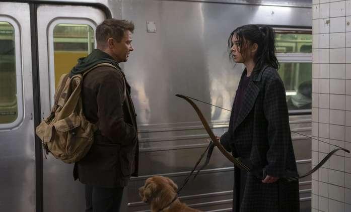 Hawkeye: Trailer láká na vánoční dobrodružství marvelovského lučištníka | Fandíme filmu