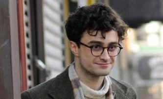 Daniel Radcliffe jako Alan Ginsberg na prvních fotkách   Fandíme filmu