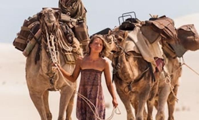 Tracks: Mia Wasikovská zdolá australskou poušť | Fandíme filmu